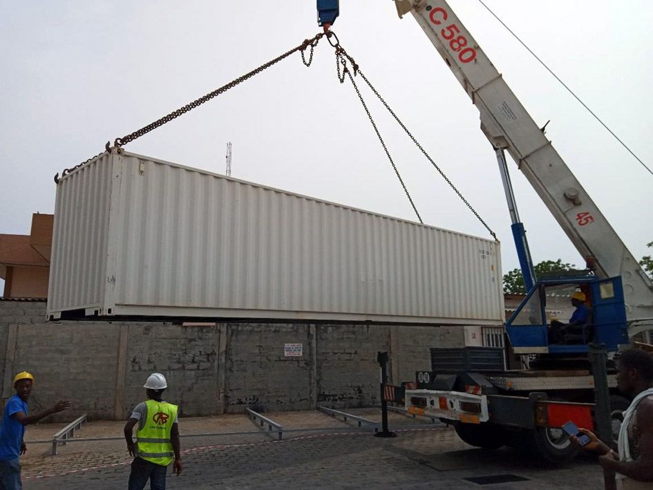<br>Hoisting of the containers on site in Cotonou